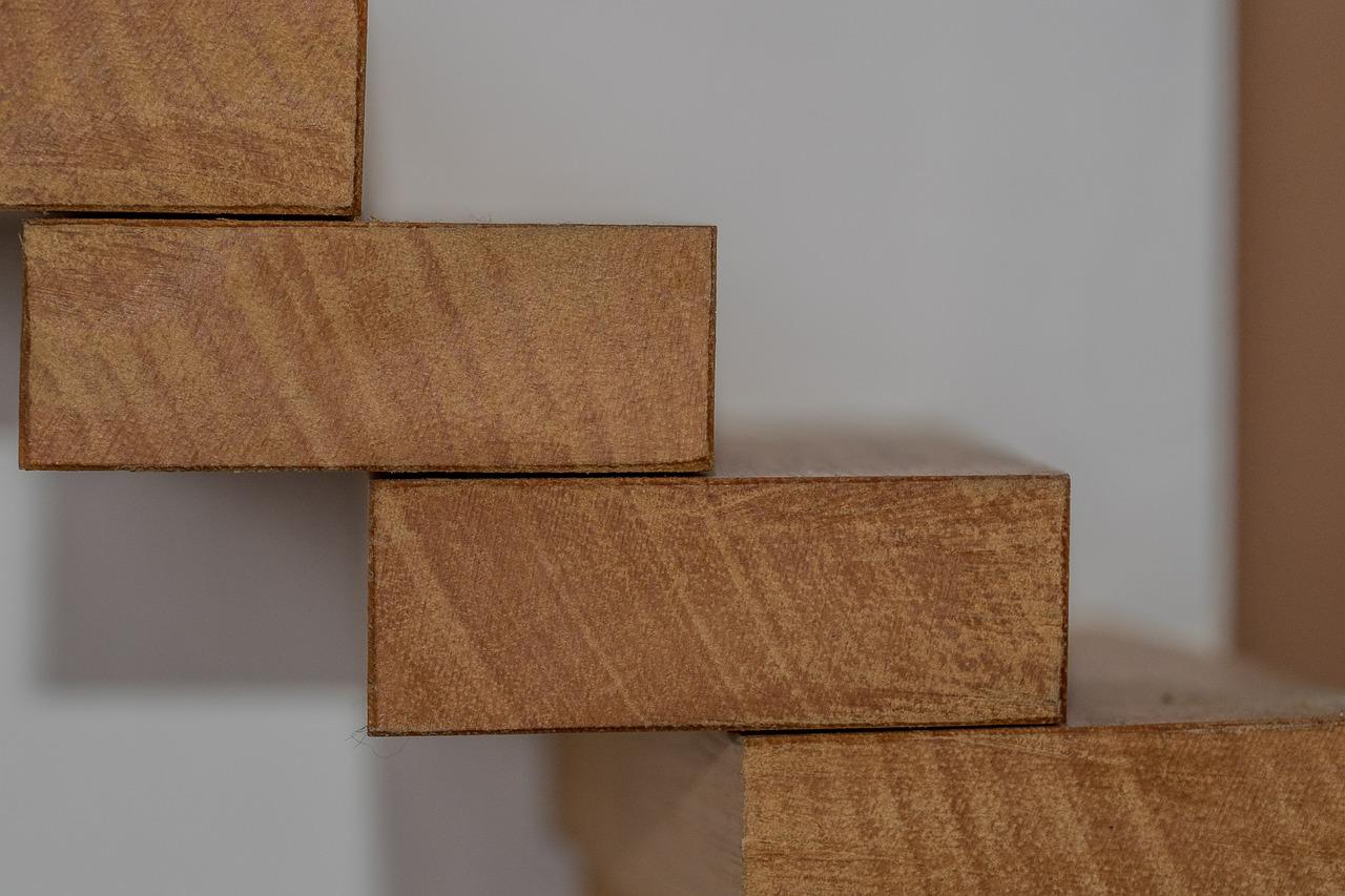 Treppenstufen, die aus der Wand hinausstehen